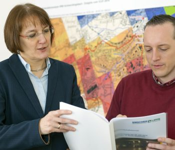 Angela Pfister, Leiterin des Technischen Hochwassermanagements, und ihr Mitarbeiter Marc Krüger. Foto: Klaus Baumers