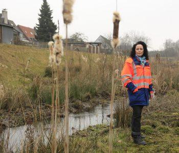Unsere Projektleiterin Ines Budach am bereits fertigen Abschnitt des Breuskes Mühlenbachs - so toll soll auch der Hellbach einmal werden. Foto: Rupert Oberhäuser