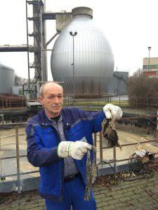 Uwe Boniakowski zeigt einige der Grobstoffe, die immer wieder in unseren Anlagen landen - dort aber nicht hingehören. Foto: Ilias Abawi