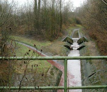 So sah der Bereich an der Einmündung des Breuskes Mühlenbachs (links) in den Hellbach früher aus: ein trist-graues Betonkorsett... Foto: EG