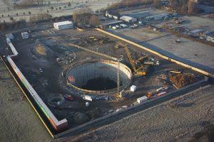 Auch aus der Luft lassen sich die gewaltigen Dimensionen der Baugrube im Holtener Bruch in Oberhausen-Biefang erahnen. Foto: Emschergenossenschaft
