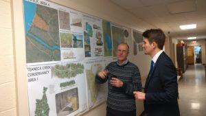 Wissenstransfer ist keine Einbahnstraße: Prof. Wolfram Hoefer (li.), Landscape Architect an der Rutgers University, berichtet Dr. Uli Paetzel von wasserwirtschaftlichen Projekten in den USA.