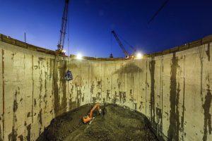Nachtarbeit am Pumpwerk Oberhausen, in mehr als 35 Meter Tiefe: Wie ein Spielzeug sieht der Bagger aus. Foto: Rupert Oberhäuser