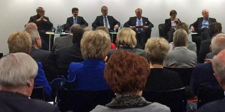 Neben Dr. Uli Paetzel (2.v.l.) saß auch Umweltminister Johannes Remmel (3.v.l.) in der Tak-Runde von Wulf Mämpel (3.v.r.). Foto: Ilias Abawi