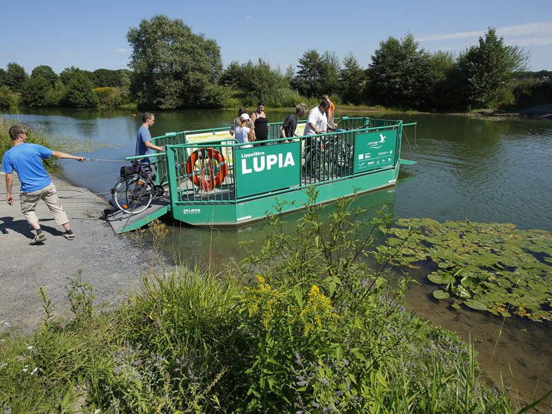 Unsere Fähre Lupia kreuzt am Schloss Oberwerries in Hamm die Lippe. (Foto: Lippeverband)