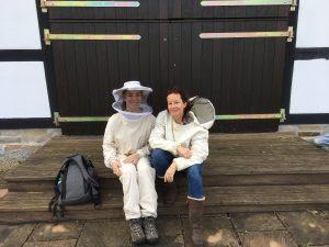 Nach getaner Arbeit: Charlotte Priebe und ich im charakteristischen Imkeranzug! (Foto: Dirk Heitlindemann)