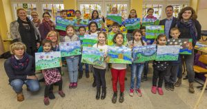 Zeigen stolz ihre Bilder: die Kinder der Schule an der Viktoriastraße. Foto: Klaus Baumers/Emschergenossenschaft