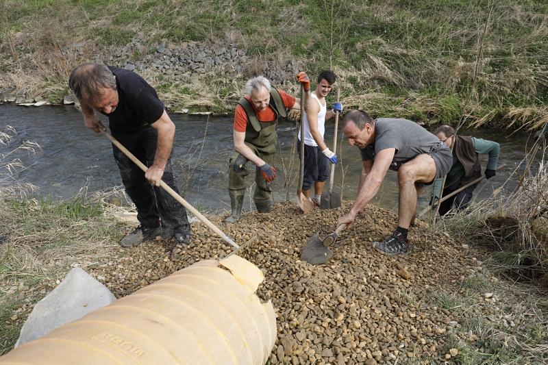 Die Arbeiten in der Uferböschung lassen sich am besten per Hand ausführen.