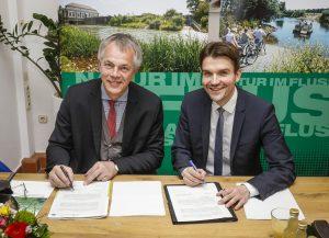 Minister Remmel und Uli Paetzel unterzeichnen die Vereinbarung zur Renaturierung der Lippe. Foto: Rupert Oberhäuser/Lippeverband