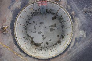 Blick aus der Vogelperspektive in die 46 Meter (!) tiefe Baugrube des Pumpwerks Oberhausen. Hier werden am 12. Juni die beiden Tunnelbohrmaschinen des Abwasserkanals Emscher einfahren. Foto: Emschergenossenschaft