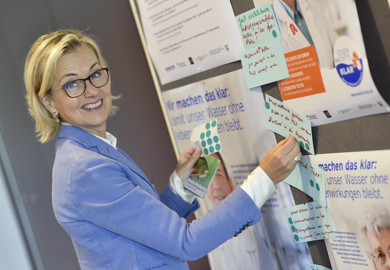"""Die Apothekerin und Beiratsvorsitzende Doris Schönwald mit einigen Kampagnenmotiven von """"Essen macht´s klar""""."""