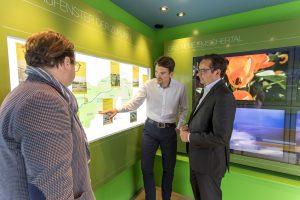 Dr. Uli Paetzel (mi.) erläutert Essens OB Thomas Kufen (re.) die Ausstellung. Foto: Jochen Tack