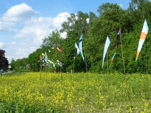 Fahnen im Wind als Symbol für einen künftigen Fluss - in Essen-Katernberg ist so etwas möglich. Die Emschergenossenschaft sagt dafür: Danke!