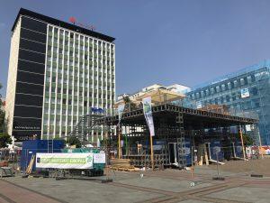 """Im Aufbau: Mitten auf dem Essener Kennedyplatz entsteht die Ausstellung """"Emscher in the box"""". Foto: Ilias Abawi"""