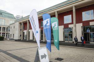 Die Flaggen von Ruhrverband, Emschergenossenschaft und Lippeverband deuteten vor dem Essener Saalbau bereits auf die besondere Veranstaltung hin. Foto: Rupert Oberhäuser