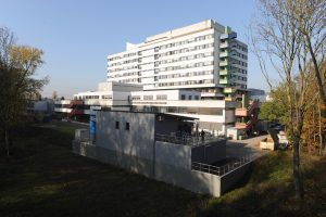 Die Spezialkläranlage (vorne) der Emschergenossenschaft am Gelsenkirchener Marienhospital. Foto: Jochen Durchleuchter
