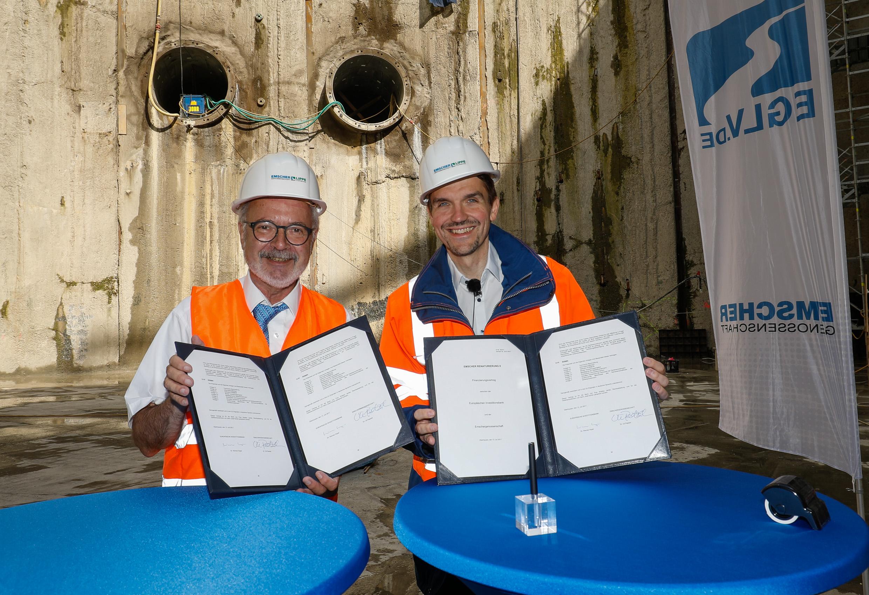 450 Millionen für den Emscher-Umbau - die Verträge für das Darlehen der Europäischen Investitionsbank wurden in der Grube des Pumpwerks Oberhausen unterzeichnet. (Foto: Rupert Oberhäuser)