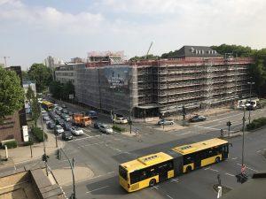 Direkt gegenüber: Das RVR-Gebäude wird gerade renoviert, im linken Gebäudeteil sitzt der Ruhrverband. Foto: Ilias Abawi