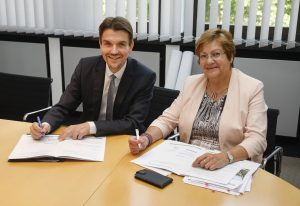 Die Verlängerung der Kooperationsvereinbarung haben heute RVR-Regionaldirektorin Karola Geiß-Netthöfel und Dr. Uli Paetzel, Vorstandsvorsitzender der Emschergenossenschaft, unterzeichnet. Foto: Rupert Oberhäuser/EG