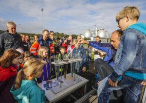 Den zahlreichen Besuchern präsentierten wir mittels Wasserproben anschaulich die Reinigungsleistung der Bottroper Kläranlage (Alle Fotos: Rupert Oberhäuser/Emschergenossenschaft)