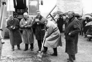 Das war vor 25 Jahren: der allererste Spatenstich für den Emscher-Umbau - am 5. Februar 1992 am Deininghauser Bach in Castrop-Rauxel. Foto: Archiv, Emschergenossenschaft