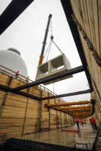 Das Einheben des ersten sogenannten Rahmendoppelkanal-Fertigteils. Foto: Rupert Oberhäuser
