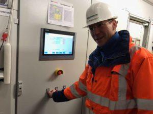 Der Moment, auf den alle gewartet haben: Betriebsmanager Dr. Torsten Frehmann drückt den Startknopf. Foto: EG