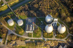 Das Klärwerk Emschermündung aus der Vogelperspektive: Links neben den drei Faultürmen sieht man das Blockheizkraftwerk. Foto: Hans Blossey