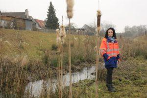 Ines Budach am renaturierten Breuskes Mühlenbach. Foto: Rupert Oberhäuser