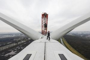 Arbeitsplatz mit Aussicht - die Montage ist geglückt. Foto: Rupert Oberhäuser