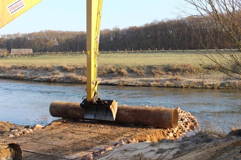 Dann fahren die Traktoren einfach durch den Fluss …