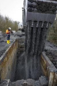 Kanalbau am Hoppeibach: Erst wird stückchenweise die Trasse ausgehoben. Fotos: Rupert Oberhäuser/Lippeverband