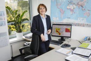 Angela Pfister in ihrem Büro. Auf dem Rechner werden die Radardaten ausgewertet, um die aktuelle Wetterlage permanent im Griff zu haben. Fotos: Rupert Oberhäuser/EGLV