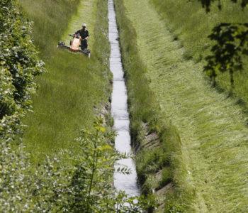 Der Kirchderner Graben fließt schnurgerade. Foto: Rupert Oberhäuser/EGLV