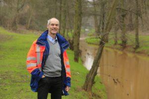 Dietrich Schröder, Leiter Gewässerunterhaltung Westliche Emscher, an der Kleinen Emscher in Duisburg. Foto: Rupert Oberhäuser/EGLV