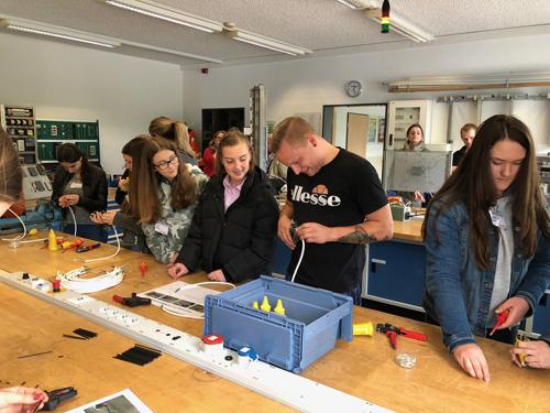 Beim Girls' Day in der Ausbildungswerkstatt in Dinslaken. Foto: Sarah Lamsfuß/EGLV