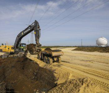 Auch südlich der Lippe werden neue Deiche aufgeschüttet - hier am Chemiepark Marl.