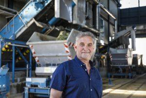 Ulrich Florie, hinter ihm sein alter Arbeitsplatz, die mechanische Reinigungsstufe