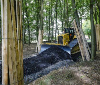 Mitten im Wald: Erstellung einer Baustraße.