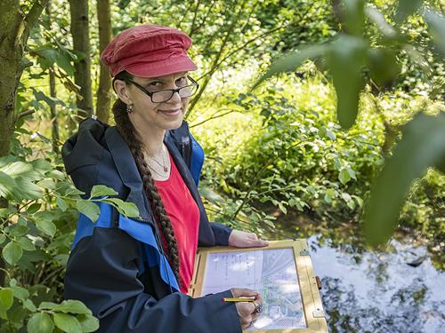 Petra Heine - unterwegs mit ihrem Zeichenbrett. Fotos: Klaus Baumers/EG/LV