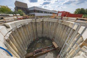Ein Blick in die Herner Baugrube: Dort unten findet der unterirdische Rohrvortrieb statt. Foto: Klaus Baumers/EGLV