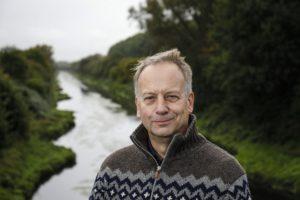 Torsten Bockholt, mit der nun mändernden Emscher im Hintergrund. Foto: Rupert Oberhäuser/EGLV