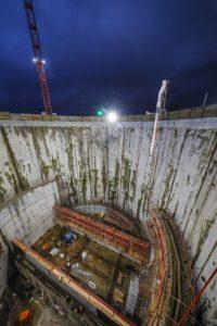 Auf diesem Foto vom 22. Januar 2018 erkennt noch etwas deutlicher die Dimensionen der kreisrunden und 46 Meter tiefen Baugrube. Foto: Rupert Oberhäuser/EGLV