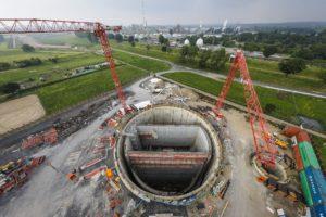 Die Baustelle für das Pumpwerk Oberhausen: Der Emscher-Umbau schafft und sichert reichlich Arbeitsplätze. Foto: Rupert Oberhäuser/EGLV