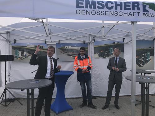 Technik-Vorstand Dr. Emanuel Grün erklärt Dr. Uli Paetzel und Oberbürgermeister Frank Baranowski die Technik des Pumpwerks. (Foto: Ilias Abawi/EGLV)