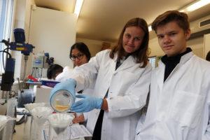 Während ein Teil der Gruppe über das Technikum geführt wurde, experimentierte die andere Hälfte im Labor. Foto: Celina Winter/EGLV