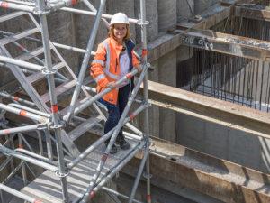 Am Landwehrbach in Herne kontrolliert Erika Brown die Arbeiten an einem unserer Entlastungsbauwerke. Foto: Klaus Baumers/EGLV