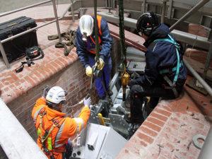 Die Erstinspektionssystem wird in den Kanal eingebracht. (Fotos: EGLV)