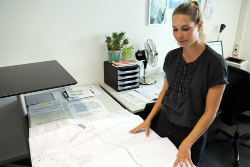 Im Büro plant Jasmin Kowalski die nächsten Projekte. Foto: Celina Winter/EGLV