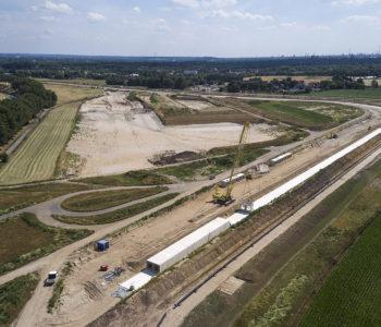 Auf diesem Foto sieht man sowohl die künftige Auenfläche sowie die Trasse des eckigen Kanals. Foto: Markus Greulich/EGLV